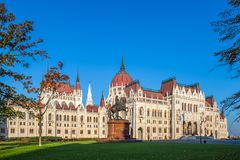 Будапешт, Венгрия - венгерский парламент на рано утром с статуей лошади Ferenc Rakoczi Стоковые Изображения
