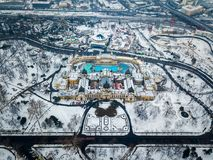 Будапешт, Венгрия - вид с воздуха известной ванны Szechenyi термальной сверху в снежном парке города Стоковые Изображения RF