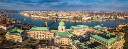 Будапешт, Венгрия - воздушный взгляд горизонта дворца известного замка Buda королевского на районе замка с мостом Szechenyi цепны Стоковые Изображения