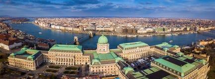 Будапешт, Венгрия - воздушный взгляд горизонта дворца известного замка Buda королевского на районе замка Стоковые Фото