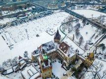 Будапешт, Венгрия - воздушный взгляд горизонта снежного замка Vajdahunyad с катком парка города Стоковое Изображение