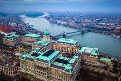 Будапешт, Венгрия - воздушный взгляд горизонта трутня замка RoyBudapest Buda, Венгрии - воздушный взгляд горизонта трутня замка B Стоковые Изображения