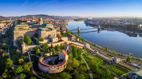 Будапешт, Венгрия - воздушный панорамный взгляд горизонта дворца замка Buda королевского с мостом Szechenyi цепным стоковое изображение rf