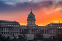 Будапешт, Венгрия - драматические заход солнца и красочное небо и cloudsBudapest, Венгрия - драматический заход солнца и красочны Стоковая Фотография