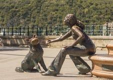 БУДАПЕШТ, ВЕНГРИЯ - июль 2017: Статуя девушки с собакой Стоковые Изображения