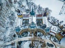 Будапешт, Венгрия - красивый музей венгерского земледелия рядом с замком Vajdahunyad в снежном парке города Стоковое Изображение RF