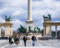 Будапешт Венгрия 03 15 2019 3 люд идут в героев придают квадратную форму стоковые изображения