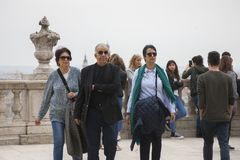 Будапешт, Венгрия - 10-ое апреля 2018: Достигший возраста супруг с его женой и дочерью стоковые фотографии rf