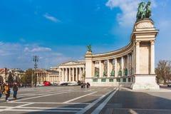 БУДАПЕШТ, ВЕНГРИЯ - 4-ОЕ АПРЕЛЯ 2019: Много туристов гуляют на квадрате героев Одна из больше всего-посещенных привлекательностей стоковое изображение