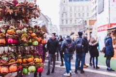 БУДАПЕШТ, ВЕНГРИЯ - 19-ОЕ ДЕКАБРЯ 2018: Туристы и местные люди наслаждаясь красивой рождественской ярмаркой на St Stephen стоковое изображение rf