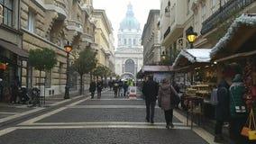 Будапешт/Венгрия - 21-ое декабря 2018: улица Zrinyi где рождественская ярмарка начинает сток-видео
