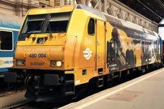 БУДАПЕШТ, ВЕНГРИЯ - 14-ОЕ ИЮНЯ 2018: Желтый локомотив в железнодорожном вокзале Будапешта Keleti стоковые фотографии rf