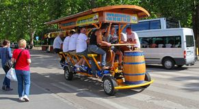 БУДАПЕШТ, ВЕНГРИЯ, 27-ое июня 2016: BierBike с туристами на Стоковая Фотография