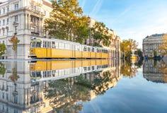 БУДАПЕШТ, ВЕНГРИЯ - 27-ОЕ ОКТЯБРЯ 2015: Парламент Будапешта придает квадратную форму с министерством трамвая отражения воды фонта Стоковое Изображение RF