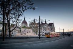БУДАПЕШТ, ВЕНГРИЯ - AVRIL 16, 2016: Следы трамвая около Parliam Стоковое фото RF