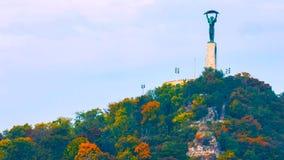Будапешт, Венгрия - MAI 01, 2019: Вид с воздуха красивой венгерской статуи свободы с мостом свободы и горизонта  стоковое фото rf