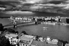 Будапешт под облаками шторма Известный цепной мост через Дунай Будапешт, Венгрия стоковая фотография