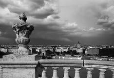 Будапешт под облаками шторма Известный цепной мост через Дунай Будапешт, Венгрия стоковые изображения
