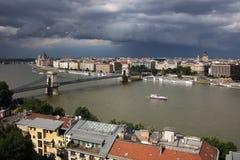 Будапешт под облаками шторма увиденными от холма Gellert Известный цепной мост через Дунай Будапешт, Венгрия стоковые изображения rf