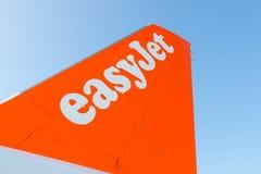 Будапешт/Hungary-28 08 18: Закройте вверх по небу логотипа крылов самолета самолета Easyjet оранжевому голубому стоковая фотография rf