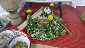 Будда и индусский сосуд разрешения банана предлагая для делать религиозную заслугу к мертвому человеку и удаче стоковая фотография