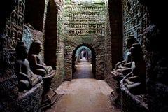 Будда отображает внутренний висок Koe-Thaung, Mrauk u, положение Rakhine, Мьянма стоковая фотография
