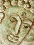 Будда смотрит на на деревянной доске Стоковое Изображение
