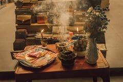Буддийская предлагая таблица, в Hoi, Вьетнам Стоковое Изображение
