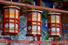 Буддийские колеса молитве внутри висок пика нефрита, деревни Baisha, Lijiang, Юньнань, Китая стоковые изображения