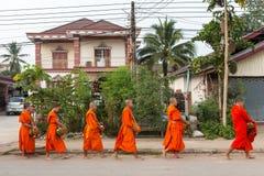 Буддийские милостыни давая церемонию в утре в Лаосе Стоковая Фотография RF