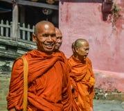 Буддийские монахи посещая Hoi древний город стоковое фото rf