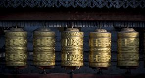 Буддийские сияющие колеса молитве вращая в движении Стоковые Изображения RF