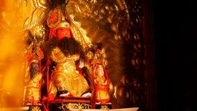 Буддийские традиционные статуи китайских священных богов на алтаре внутри виска сток-видео