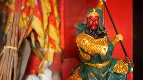 Буддийские традиционные статуи китайских священных богов на алтаре внутри виска акции видеоматериалы