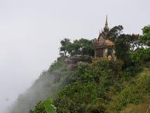 Буддийский висок на горе в тумане, Камбодже Стоковая Фотография RF