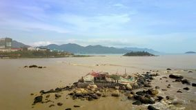 Буддийский висок на камнях в море песка против города Scape видеоматериал