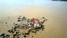 Буддийский висок на камнях помытых желтым обзором океана акции видеоматериалы