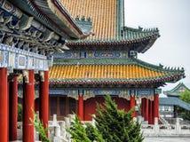 Буддийский висок с красочными декоративными деталями вверху гора Tianmen, провинция Хунань, Zhangjiajie, Китай Стоковое фото RF