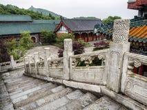 Буддийский висок с красочными декоративными деталями вверху гора Tianmen, провинция Хунань, Zhangjiajie, Китай Стоковые Фото