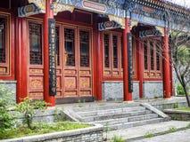 Буддийский висок с красочными декоративными деталями вверху гора Tianmen, провинция Хунань, Zhangjiajie, Китай Стоковые Изображения RF