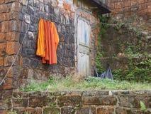 Буддийский висок с сутаной апельсина засыхания Стоковые Изображения RF