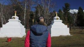 Буддийский висок Buryat монгола Stupa Buryat для церемоний и поклонения Женщина идет к культурному объекту для молитвы видеоматериал
