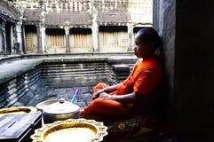 Буддийский монах в виске Angkor Wat, Камбодже Стоковое Фото