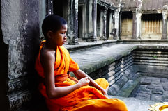 Буддийский монах в виске Angkor Wat, Камбодже Стоковые Фотографии RF