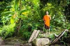 Буддийский монах в тропическом лесе Стоковое Изображение RF