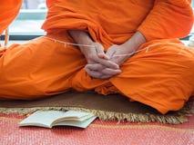Буддийский монах моля Стоковые Фотографии RF