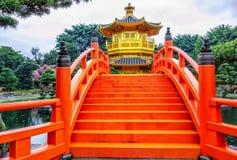 Буддийский павильон пагоды абсолютного совершенства золотой в саде Nan Lian на холме диаманта в Гонконге стоковые фото