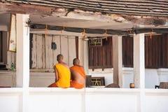 2 буддийских монаха на крылечке здания, Louangphabang, Стоковое Фото