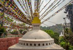 Буддийское stupa и много флаги молитве стоковое изображение