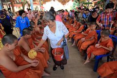 Буддисты льют воду на послушниках стоковые изображения